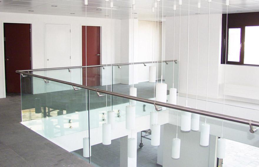 parapetto interno in vetro e acciaio