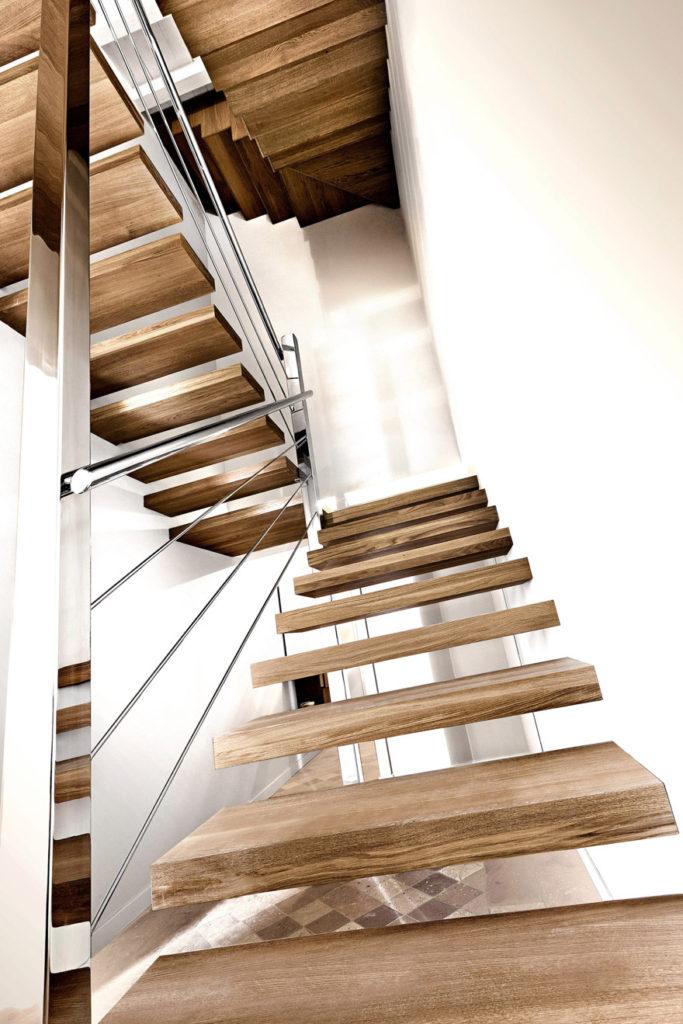 scale a sbalzo in legno con parapetto in acciaio